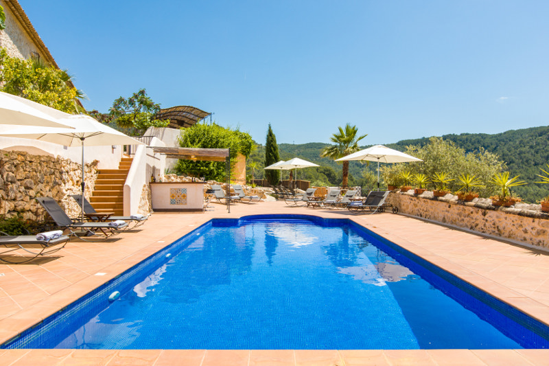 Barcelona large villa rent holiday amenities
